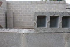 Stapel cementblokken bij de bouwwerf Stock Foto's