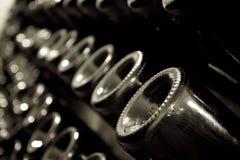 Stapel champagneflessen in de kelder stock fotografie