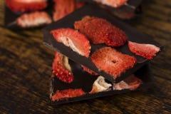 Stapel chocoladeplakken met aardbei royalty-vrije stock foto