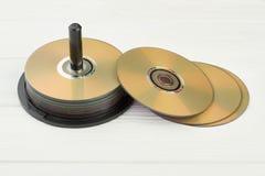 Stapel compact-discs op witte achtergrond royalty-vrije stock foto's