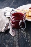 Stapel dünne Pfannkuchen (bliny) oder Krepps mit Himbeere und säuern Stockbild