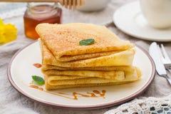 Stapel dünne Pfannkuchenkrepps mit Karamellbelag Lizenzfreies Stockbild