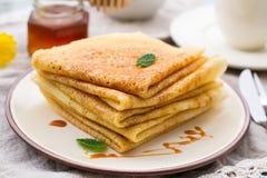 Stapel dünne Pfannkuchenkrepps mit Karamellbelag Stockfoto