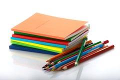 Stapel de boeken en twaalf kleurpotloden Stock Foto