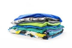 Stapel de zomert-shirts op een witte achtergrond Royalty-vrije Stock Foto's