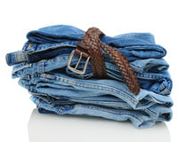 Stapel Denim-Blue Jeans mit Gurt Lizenzfreies Stockfoto