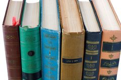 Stapel der alten antiken Bücher auf weißem Hintergrund Lizenzfreie Stockbilder