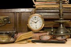 Stapel der alten Bücher und der verschiedenen Sachen Stockbild