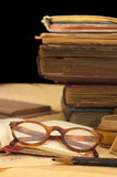 Stapel der alten Bücher und der verschiedenen Sachen Lizenzfreies Stockfoto