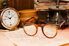 Stapel der alten Bücher und der verschiedenen Sachen Lizenzfreie Stockbilder