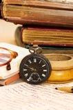 Stapel der alten Bücher und der verschiedenen Sachen Stockfoto
