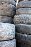 Stapel der alten benutzten Reifenabdeckungen Lizenzfreies Stockbild
