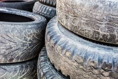 Stapel der alten benutzten Reifenabdeckungen Stockfotos