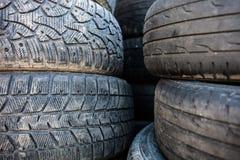 Stapel der alten benutzten Reifenabdeckungen Stockbild