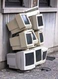 Stapel der alten CRT-Überwachungsgeräte Stockbilder