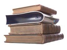 Stapel der alten ledernen gebundener Bücher mit einem digitalen Fernsehapparat lizenzfreies stockfoto