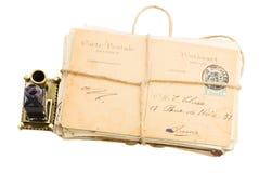 Stapel der alten Post und der gealterten Fotos Stockbild