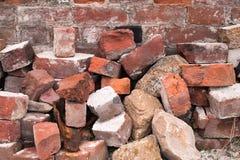 Stapel der alten roten Ziegelsteine Stockbilder