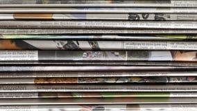 Stapel der alten Zeitungen Stockfotos