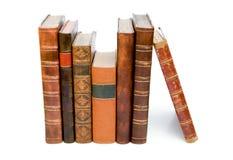 Stapel der antiken ledernen Bücher stockfotos