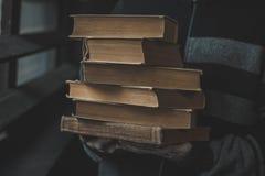 Stapel der Bücher in den Händen stockfoto