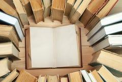 Stapel der Bücher Offenes Buch, Bücher des gebundenen Buches auf Holztisch Wissen ist wichtig Kopieren Sie Platz Beschneidungspfa Lizenzfreies Stockbild