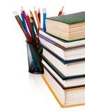 Stapel der Bücher und der Bleistifte getrennt auf Weiß Lizenzfreies Stockbild