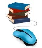 Stapel der Bücher und der Maus. Onlineausbildung. Lizenzfreie Stockfotos