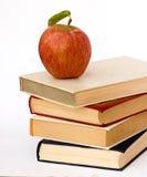 Stapel der Bücher und des Apfels Stockbild