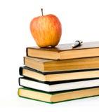 Stapel der Bücher und des Apfels Lizenzfreie Stockbilder