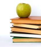 Stapel der Bücher und des Apfels Lizenzfreies Stockfoto