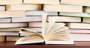 Stapel der Bücher und des geöffneten Buches Stockfotografie