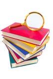 Stapel der Bücher und des Vergrößerungsglases Stockbild