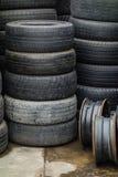 Stapel der benutzten Reifen Stockbild