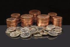 Stapel der BRITISCHEN Münzen stockfotografie
