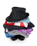 Stapel der bunten Kleidung mit einem Hut Lizenzfreies Stockfoto