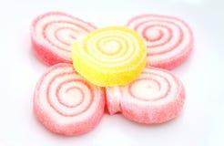 Stapel der bunten Süßigkeit auf weißem backgrou Stockfotografie