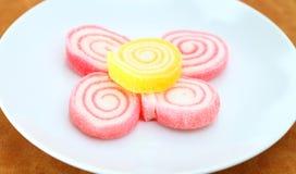 Stapel der bunten Süßigkeit getrennt auf weißem backgrou Stockfotografie
