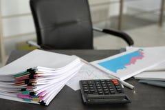 Stapel der Dokumente und des Rechners lizenzfreie stockbilder