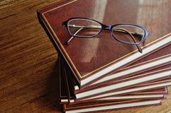 Stapel der Draufsicht der Bücher und der Gläser stockfoto