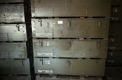 Stapel der dunkelgrünen Holzkisten für Munition Stockfoto