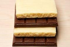 Stapel der dunklen und weißen Schokoladennahaufnahme Stockbilder