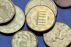 Stapel der Euromünzen Brandenburger Tor Stockbilder