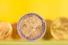 Stapel der Euromünzen Fokus auf Seil Fünf, 10 und fünfzig Eurobanknoten stockbild