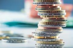 Stapel der Euromünzen Fokus auf Seil Fünf, 10 und fünfzig Eurobanknoten Münzen gestapelt auf einander in den verschiedenen Positi Stockfoto