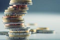 Stapel der Euromünzen Fokus auf Seil Fünf, 10 und fünfzig Eurobanknoten Münzen gestapelt auf einander in den verschiedenen Positi Stockbilder