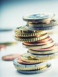 Stapel der Euromünzen Fokus auf Seil Fünf, 10 und fünfzig Eurobanknoten Münzen gestapelt auf einander in den verschiedenen Positi Lizenzfreies Stockfoto