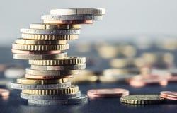 Stapel der Euromünzen Fokus auf Seil Fünf, 10 und fünfzig Eurobanknoten Münzen gestapelt auf einander in den verschiedenen Positi Lizenzfreie Stockfotografie