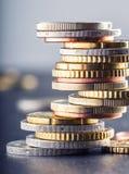 Stapel der Euromünzen Fokus auf Seil Fünf, 10 und fünfzig Eurobanknoten Münzen gestapelt auf einander in den verschiedenen Positi Stockbild