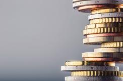 Stapel der Euromünzen Fokus auf Seil Fünf, 10 und fünfzig Eurobanknoten Münzen gestapelt auf einander in den verschiedenen Positi Lizenzfreies Stockbild